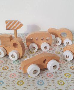 Petites voitures en bois et panneaux de signalisation